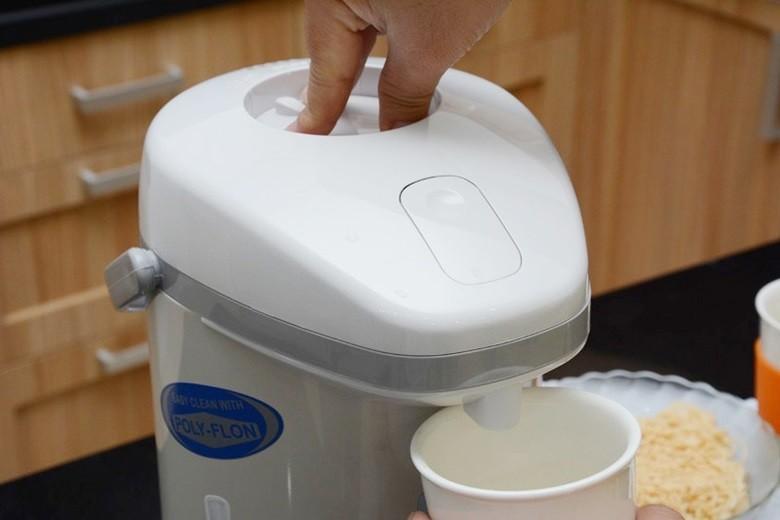 Lấy nước sôi dễ dàng bằng cách nhấn nút thiết kế trên nắp bình