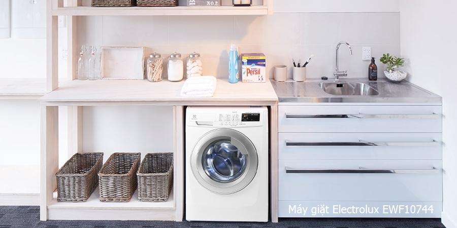 Thiết kế cửa trước tiện dụng với máy giặt EWF10744