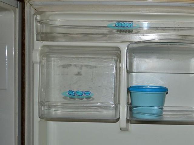 Bơ và pho mát xếp vào cửa ngăn mát
