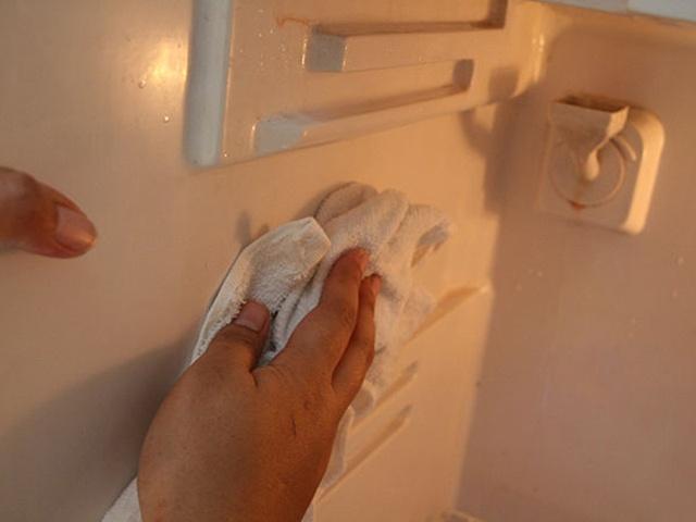 Dùng khăn lau khô sau khi vệ sinh sạch sẽ