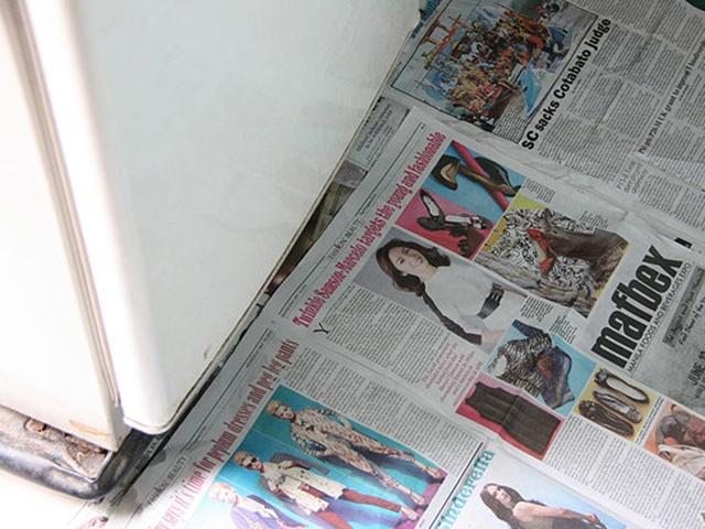 Lót tủ lạnh bằng báo khi xả đông