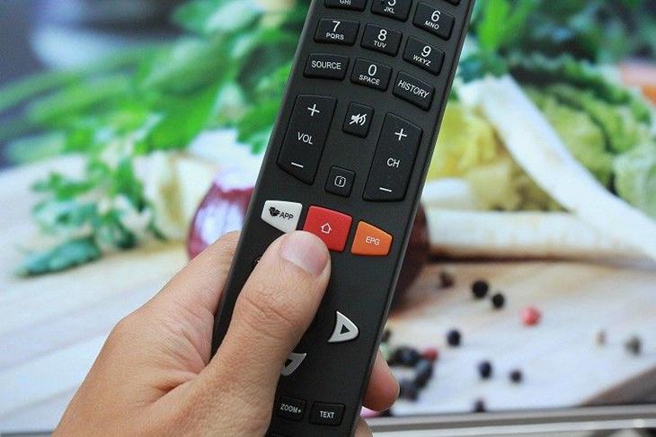 Chọn nút home có biểu tượng ngôi nhà trên điều khiển tivi