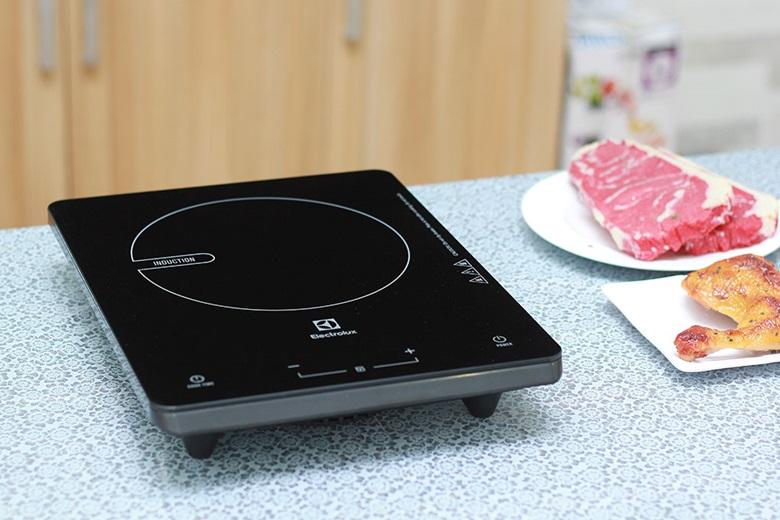 Bếp từ Electrolux ETD29KC có thiết kế đặc trưng - nhỏ gọn tiện dụng