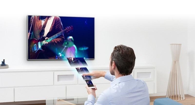 tivi panasonic 4K 65DX700 điều khiển một cách dễ dàng bằng điện thoại