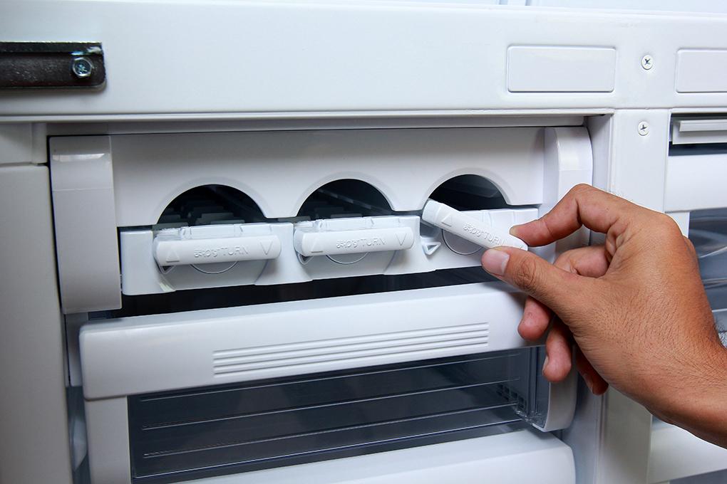 Khay đá xoay rất tiện lợi với tủ lạnh MR-F62EH-ST