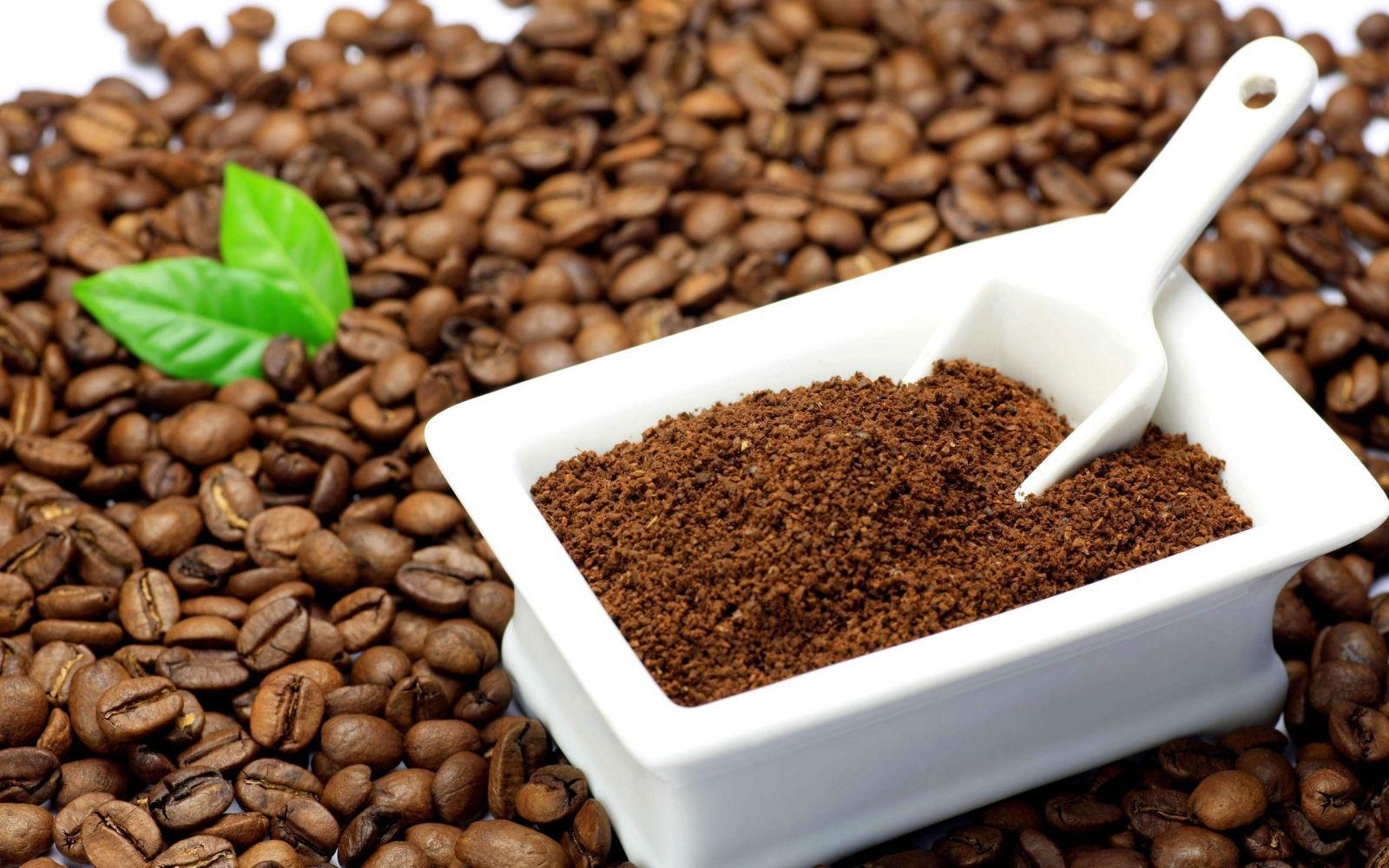 Khi uống cà phê bạn không nên đổ bỏ bã đi bởi đây là một trong những chất giúp khử mùi tủ lạnh hiệu quả