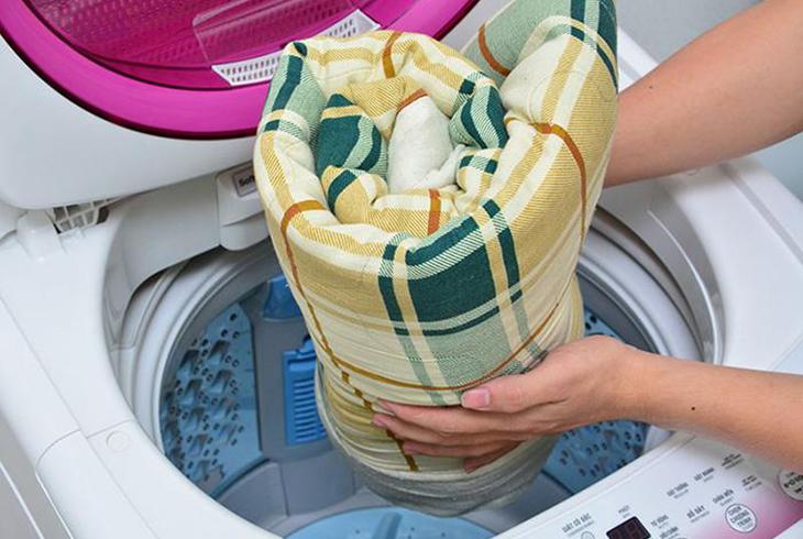 Nhờ chế độ xả tràn trên máy giặt mà các vết bẩn, cặn xà phòng được đánh bay trả lại vẻ tinh tươm, sạch sẽ cho quần áo