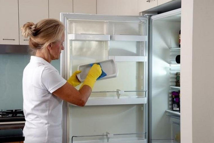Vệ sinh tủ lạnh.