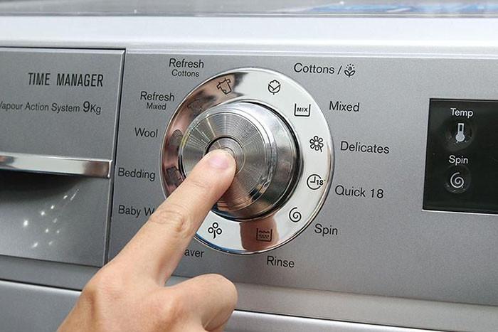 Bảng điều khiển IQ Touch thông minh với máy giặt EWF12935S