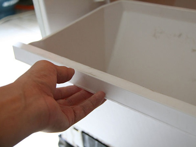 Bỏ ngăn ra ngoài khi xả đông tủ lạnh