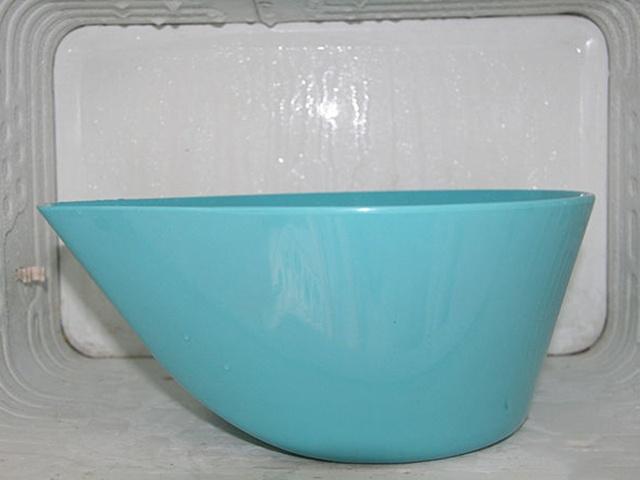 Cho bát nước nóng vào tủ để băng được tan nhanh hơn