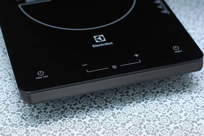 Bảng điều khiển được thiết kế đơn giản, dễ dàng sử dụng