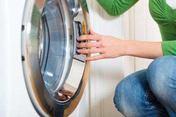 Bước đầu tiên khi học cách vệ sinh máy giặt cửa trước
