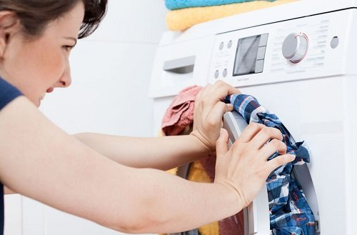 Không nên bỏ quần áo quá nhiều trong máy giặt