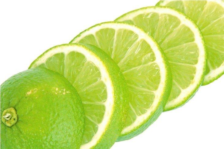 Chanh tươi giúp không khí bên trong tủ lạnh nhà bạn trở nên thơm mát