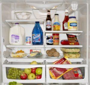 Cho thực phẩm vào hộp trước khi bỏ vào trong tủ lạnh