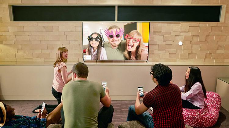 Tivi Sony 32W600D có thể chuyển hình ở điện thoại sang tivi rất dễ dàng qua Photo Share (mỗi lần chuyển có thể liên kết với 10 điện thoại)
