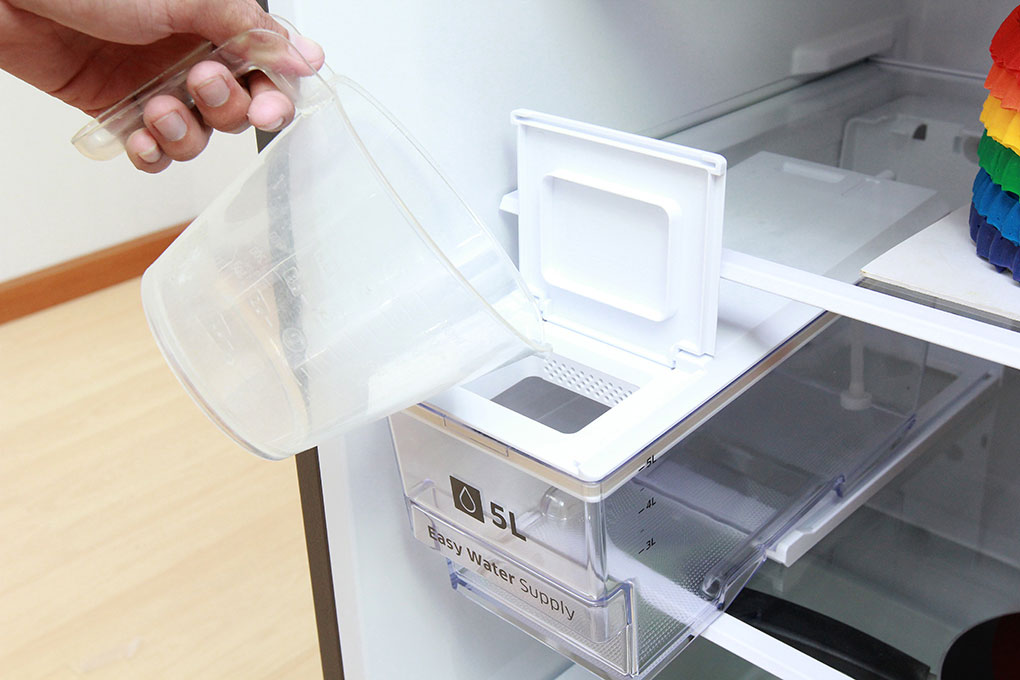 Bước 1: Cho nước vào hộp chứa bên trong tủ lạnh.